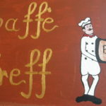 Tafel mit Aufschrift Cafe Treff