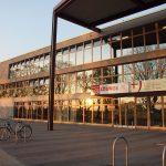 In der Ganztagsbetreuung an Schulen gibt es zur Zeit vier Angebote in zwei Hamburger Bezirken. Es gibt eine große Einrichtung der Offenen Kinder- und Jugendarbeit (im Bild: die Jugendfreizeitlounge Neugraben).