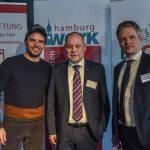 Steffen Henssler mit Landespastor Ahrens und Kai Gosslar.