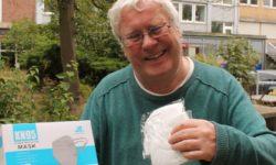 Thomas Lamm vom Freundes- und Förderverein übergibt N95-Masken für die Stiftungsarbeit