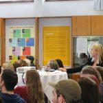 Julia Kilp vom Institut für FASD zeigte anhand eines Best-practice Beispiels auf, dass der Betreuungsschlüssel in der stationären Jugendhilfe bei FASD 1:1 sein sollte und warb dafür, dass man ein hochstrukturiertes Umfeld schaffen sollte mit wenigen Ablenkungen