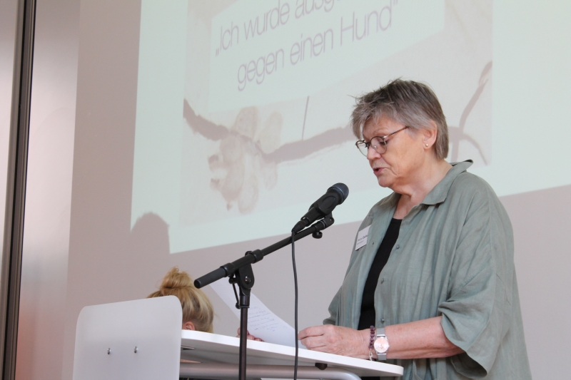 """Bei der Buchpräsentation am 16.09.2019: Schirmherrin Petra Oelker liest zwei Ausschnitte aus """"Wir, 'Kinski' und ich"""" vor"""