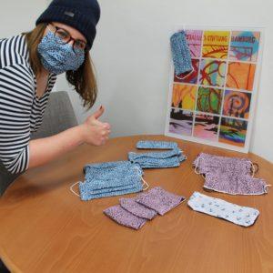 Julia vom Qualitätsmanagement freut sich über die Masken der Kollegin Ursula